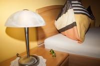 Blick auf das Nachtkästchen mit Betthupferl